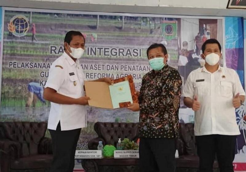 Wabup  Idris Rumalutur Terima 5 Sertifikat Tanah dari BPN Kabupaten SBT